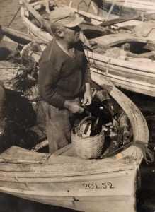 Stintino, anni '50. Fortunato Denegri a bordo del S. Costantino. Collez. Eugenio-- foto gruppo chiuso SEI DI STINTINO SE.......